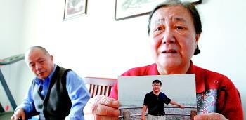 老两口把儿子的照片放在触手可及的地方,想儿子了能随时拿起来看看。生活日报 记者 王鑫 摄