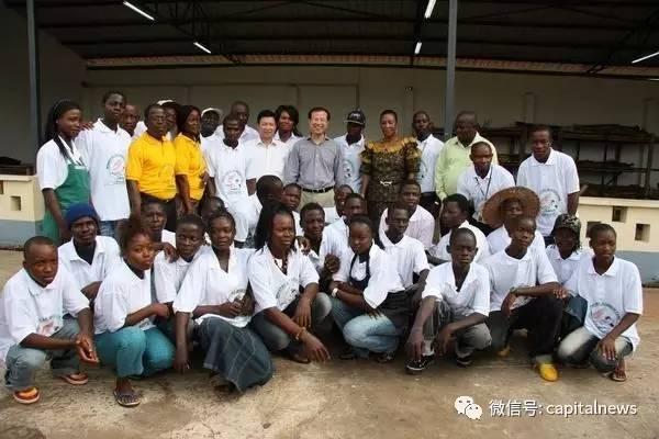 傅自应(后排中)在非洲考察