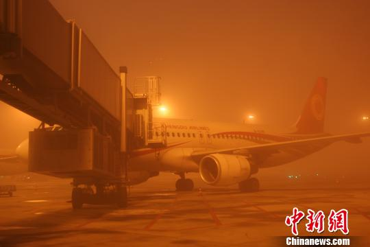 成都双流机场因大雾关闭  86个航班延误上万人出行受阻