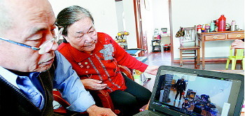 孙子孙女健康成长是老两口最大的欣慰。生活日报 记者 王鑫 摄