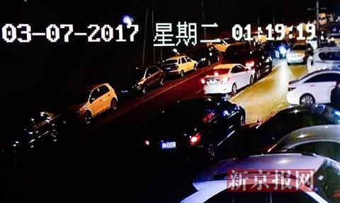 1点19分,奥迪车突然启动,向南开去。这时,一辆黑色轿车和一辆白色轿车一前一后,对奥迪车进行夹击,另外一辆黑色轿车也从左侧逼停奥迪车。视频翻拍。新京报记者 李强 摄