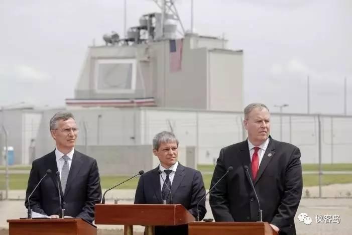 罗马尼亚空军基地,美国导弹防御系统启动仪式,从左至右:北约秘书长、罗马尼亚总理、美国国防部副部长