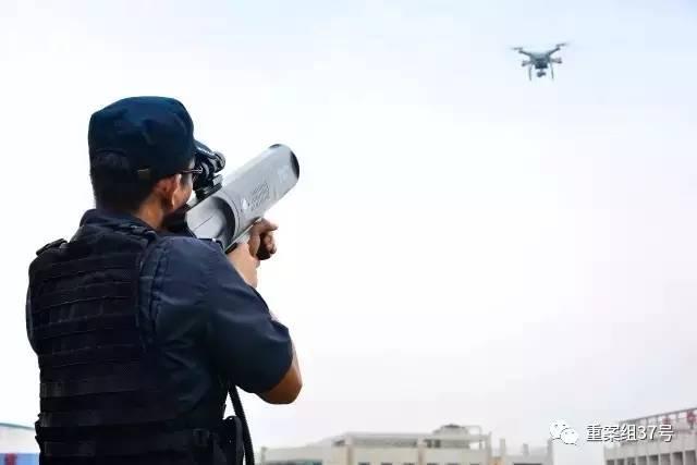 ▲警方使用无人机干扰器防控违规飞行的无人机。 网络图片