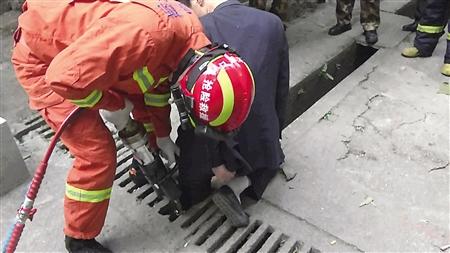 消防官兵在解救被卡的男子通讯员 田辉世 记者 张路桥 摄