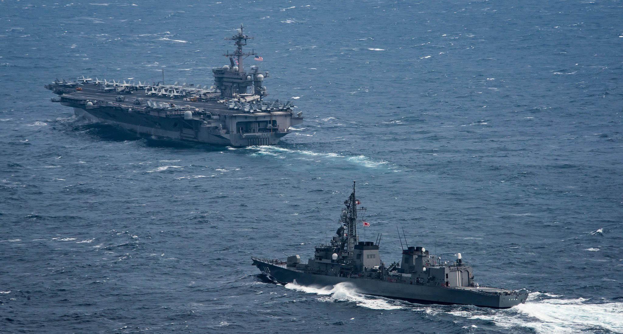 美军航母航行至中国东海 日本军舰随行