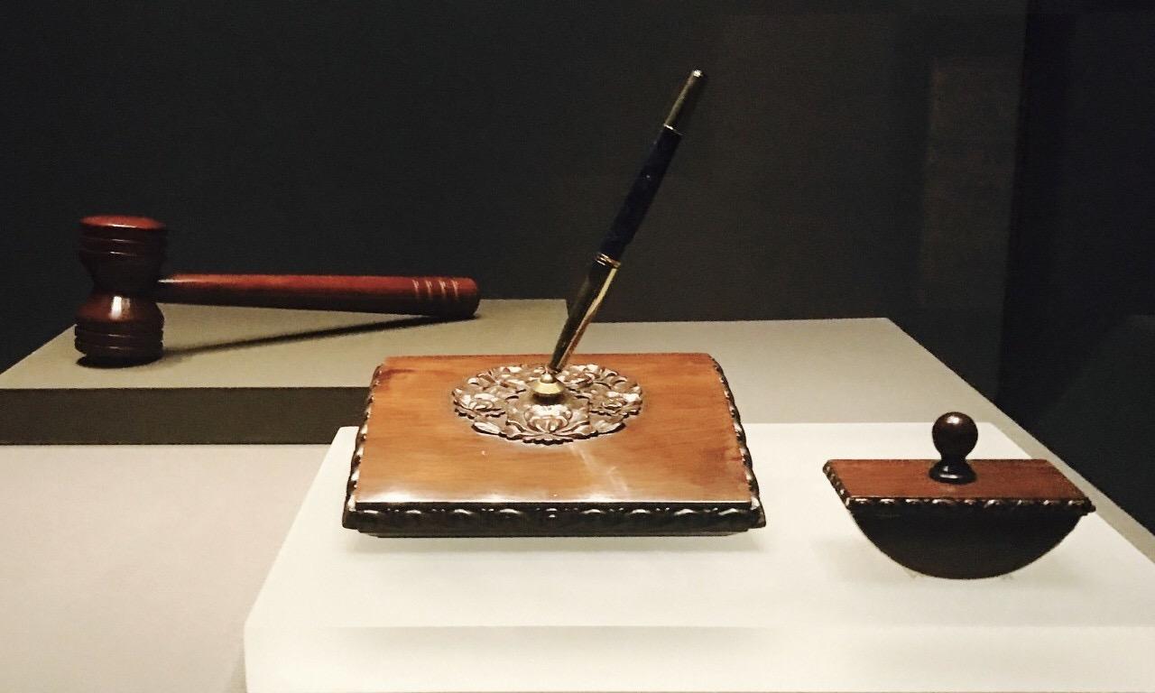 2001年中国加入世贸组织的木槌和签字笔