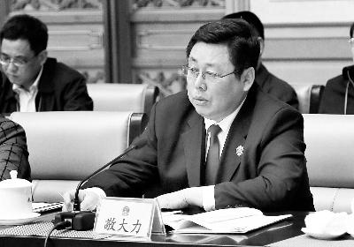全国人大代表、北京市人民检察院检察长敬大力在北京团昨天下午举行的全团会上发言 摄/记者 李洁 陈斯