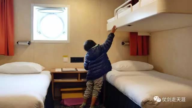 ▲4岁的辛巴在船舱内。