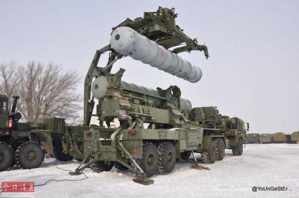 資料圖:S-400裝彈車爲發射車吊裝發射筒。