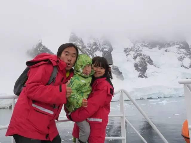 ▲老极带着老婆和4岁儿子辛巴抵达南极
