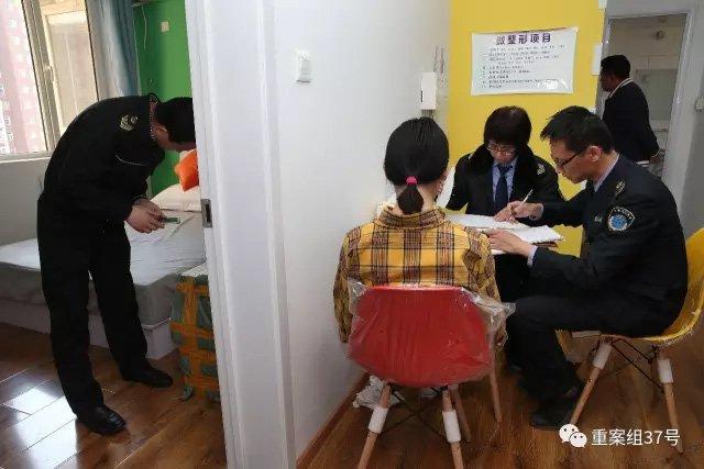 ▲3月13日,姚家园8号院7号楼2单元1104室,执法人员正对涉嫌销售非法美容针剂人员(黄格子衬衣)做笔录。 新京报记者 大路 摄。