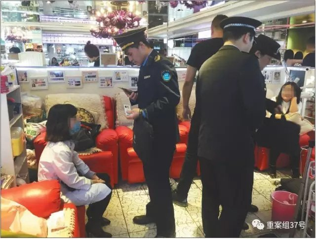 ▲3月14日,崇文门搜秀三楼美甲区一美甲店,执法人员正在讯问身穿白大褂给别人注射肉毒素的女子,并在现场检查。 新京报记者 大路 摄。