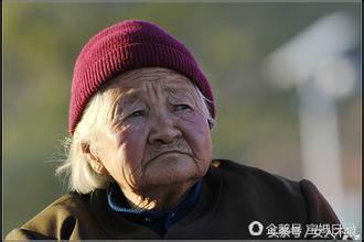 欧美老奶奶以一敌二_65岁老奶奶养捡来的孙子三个儿子为50万争破头