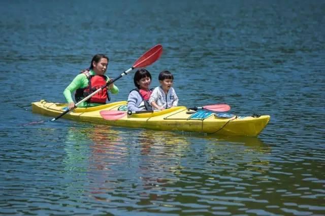 ▲平日里,老极一家三口会在千岛湖上玩皮划艇。记者陈中秋摄