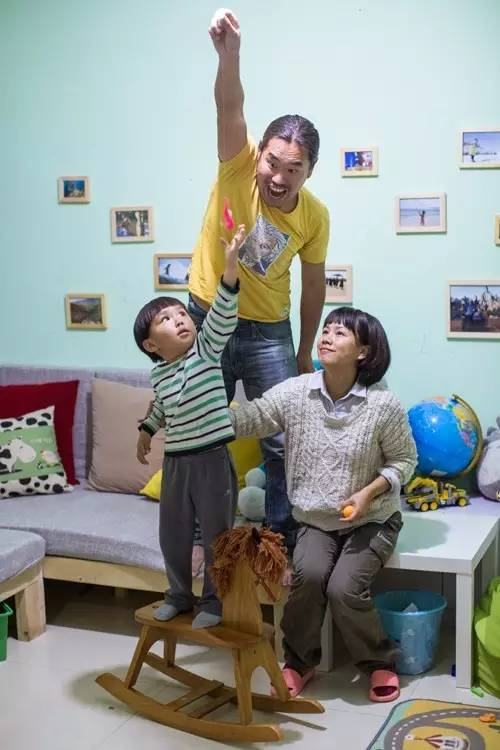 ▲2016年5月11日,老极一家三口在千岛湖的家里。记者陈中秋摄