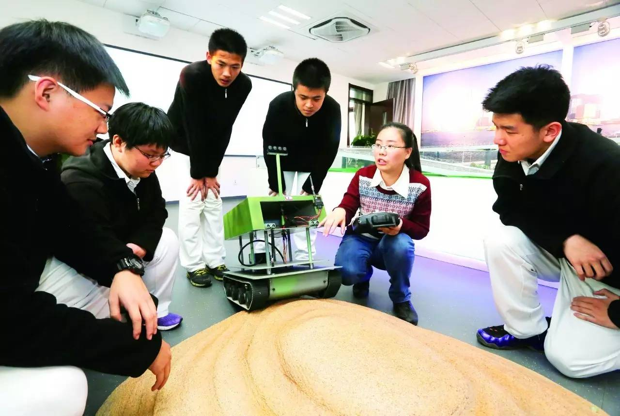高中学生在上科学课。 摄/本报记者 云凯杰