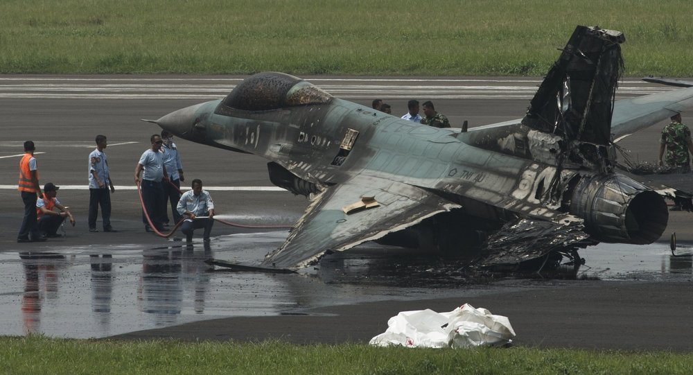 印尼f16战机降落时刹车失灵 飞机冲出跑道发生翻滚