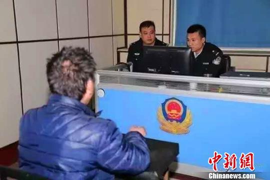 警方在审讯犯罪嫌疑人崔某 警方提供 摄