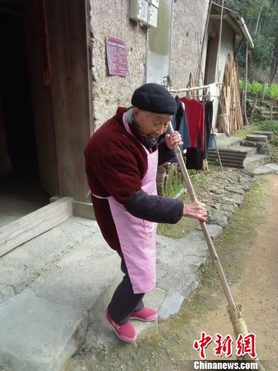 浙江衢州96岁老人义务扫山路36年。 衢江区委报道组提供