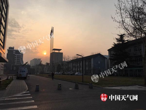 今晨,北京拨云见日,能见度逐渐转好。