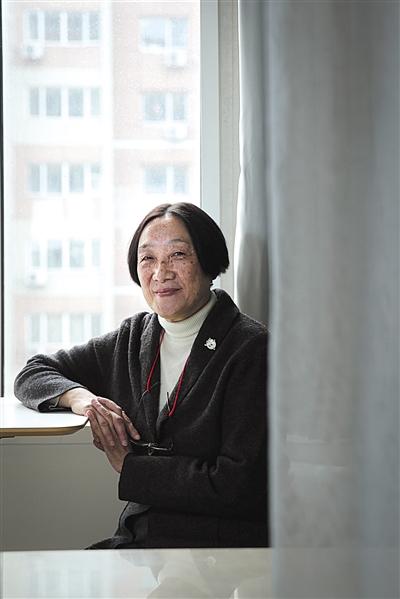 """▲罗点点,开国大将罗瑞卿之女,1951年出生在北京,毕业于上海第二军医大学医疗系,临床从医多年。2006年,罗点点创办""""选择与尊严""""网站,倡导生前预嘱和尊严死。2013年,罗点点和陈毅之子陈小鲁等一起创办北京生前预嘱推广协会。著有《我的死亡谁做主》。新京报记者 彭子洋 摄"""