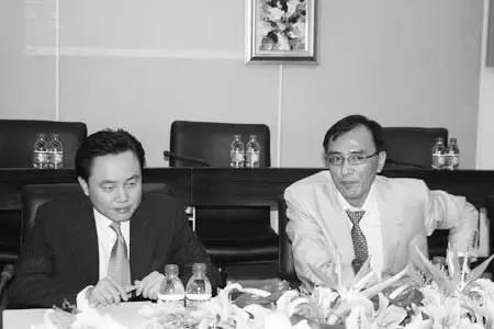 国美收购永乐期间两人合影,黄光裕(左)、陈晓(右),图片来源:新浪财经