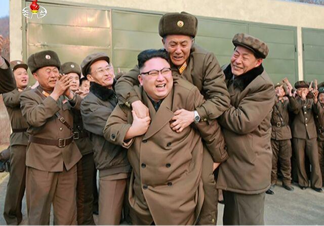 朝鲜成功进行新型火箭发动机点火试验,金正恩背起科技负责人庆贺。