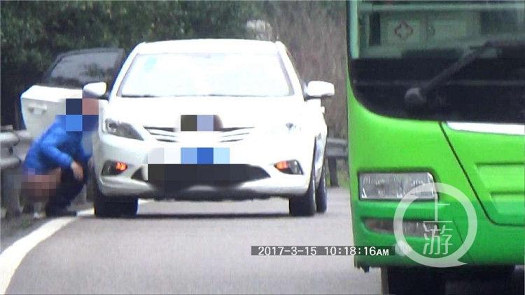 """重庆机场路惊现""""大便哥"""" 车流中淡定大便"""