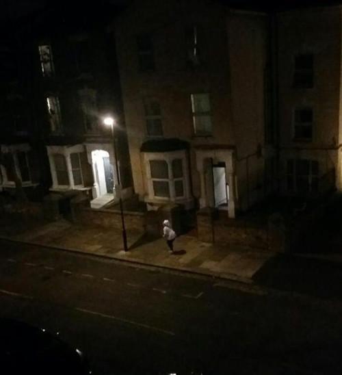 邻居于周六晚间拍摄的照片。孩子遇害的母亲在街上大声呼救。