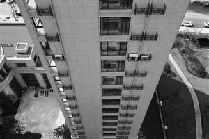 房屋外墙装上架子,放上吊篮,用于放置空调外机,业主觉得这样存在安全隐患