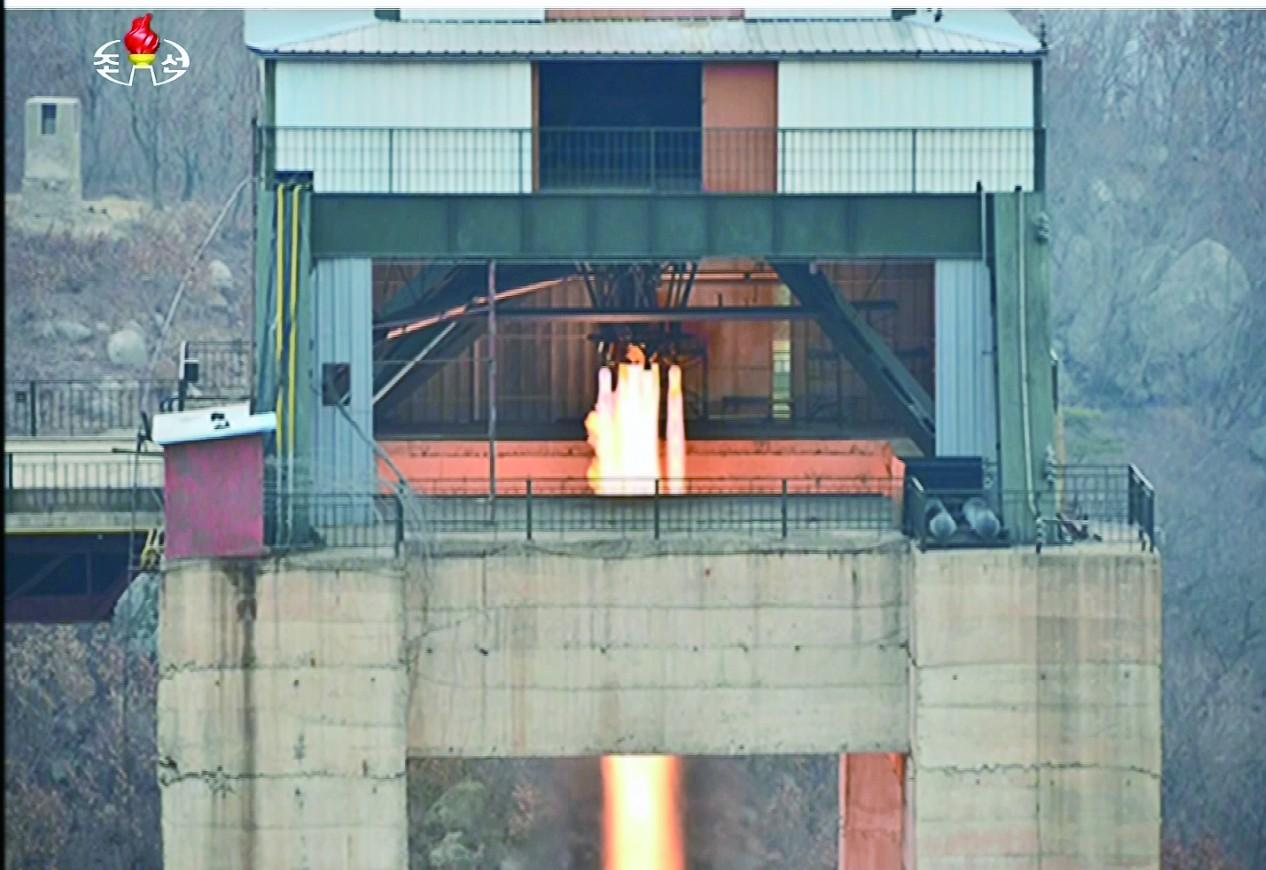 原文配图:朝鲜进行了新型大功率火箭发动机地面点火试验