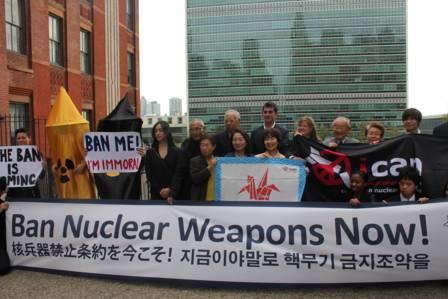 ▲包括1945年日本原子弹轰炸幸存者在内的支持者在联合国拉横幅,支持《禁止核武器条约》