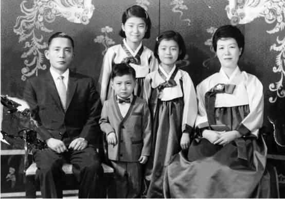 朴槿惠幼时一家五口的合影