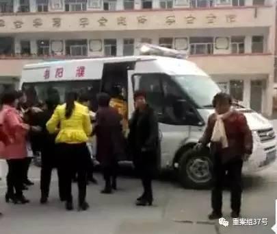 ▲受伤学生被送上救护车,有教师称踩踏事故原因系学生上厕所时秩序混乱所致。图片来源\大河报