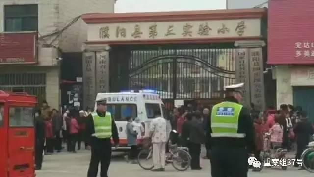 ▲3月22日上午,濮阳县第三实验小学校门口停放有数辆救护车及警车,几名民警正在维持秩序。图片来源\郑州晚报