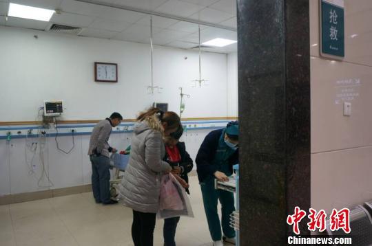 图为22日晚间,濮阳市人民医院,仍有家长带孩子在检查身体。 韩章云 摄