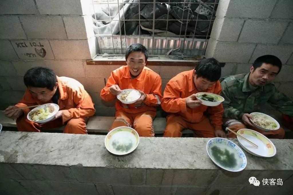 台湾高雄夜袭查赌抓到绿营市议员