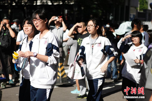 资料图:2015年6月7日,天下942万考生将赶赴高考科场。图为北京四中高考考点。中新网记者 翟璐 摄