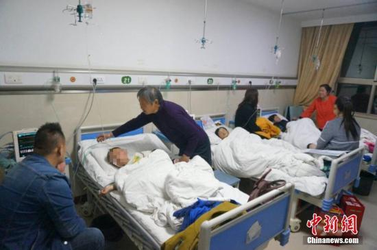 家长正在看护受伤的孩子。 韩章云 摄