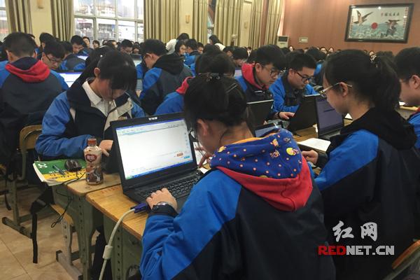 """中学英语创新课堂显""""智慧"""" 机器也能修改英语作文"""