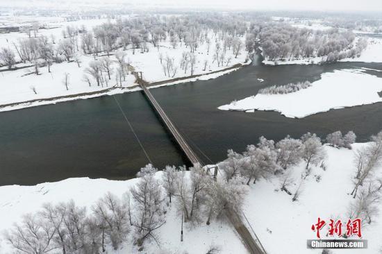 位于北疆的额尔齐斯河流域一片银装素裹的景象。陈洋 摄