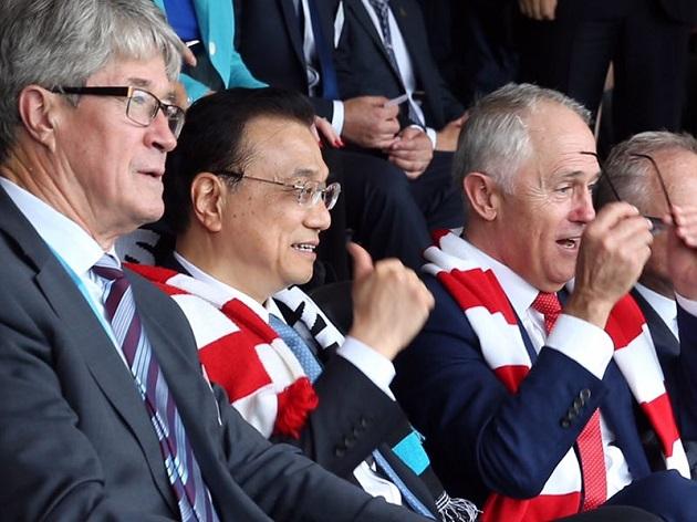 图为李克强与澳大利亚总理一起观看澳式足球比赛