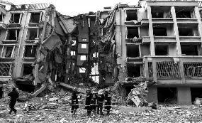 天然气管道爆炸 摧毁居民楼一个单元