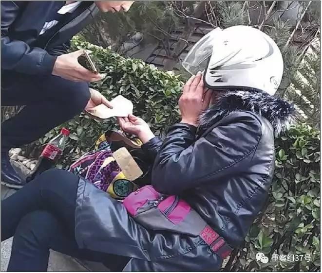 ▲3月14日,金台夕照地铁站附近,贷款中介员工从一中年女子(右)处购买假章。