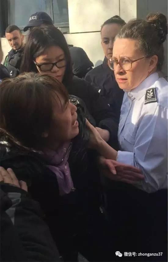 死者家属在19区警察局门口哭诉。 图片来源\\海外网