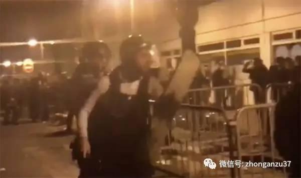 示威者与警方发生了冲突。图片来源\\每日快报
