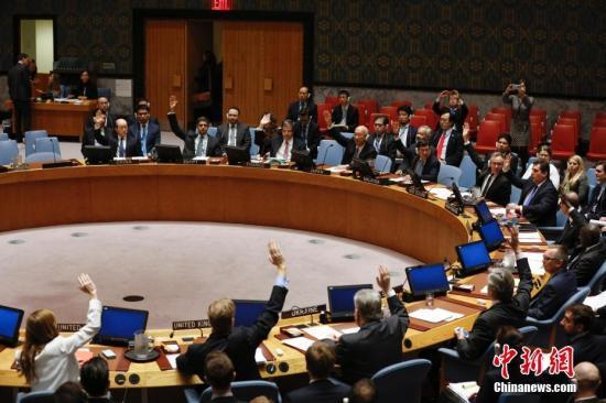 当地时间11月30日,联合国安理会在纽约联合国总部一致通过决议,谴责朝鲜9月9日进行核试验,要求朝鲜放弃核武器和导弹计划,并决定对朝鲜实施新制裁措施。图为安理会成员举手表决。中新社记者 廖攀 摄