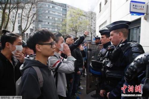 巴黎亚裔民众在巴黎警察局外遇法国防爆警察对峙。