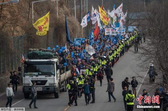"""当地时间2017年3月18日,韩国星州郡,民众集会抗议,要求取消部署""""萨德""""。"""