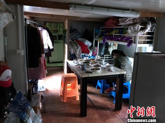 李朝庆告诉记者,这已经是自己在河道捞垃圾多年的所有家当了。 王子涛 摄